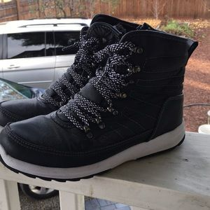 Weatherproof snow boots